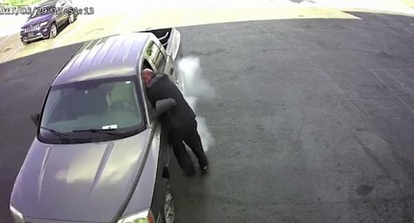 美汽车店皮卡被盗 店主阻止小偷遭拖行