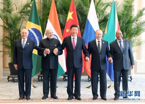 习近平与金砖国家领导人手拉手合影留念图片