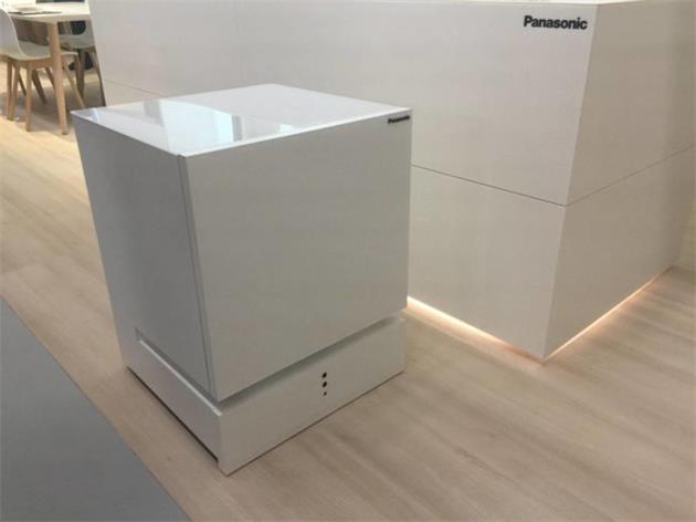 松下推出一款会移动的冰箱 你叫它就会自动过来