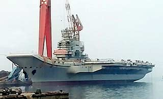 国产航母新进展:桅杆再搭脚手架