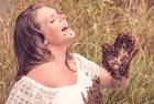 孕妇与2万只蜜蜂拍照
