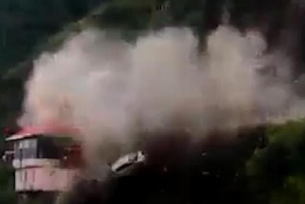 惊险!印度一汽车遇山体滑坡被掩埋