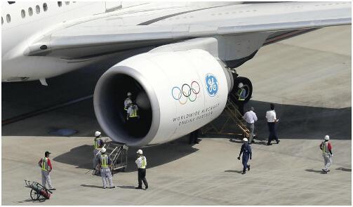 """日航波音777客机引擎""""撞鸟""""着火 紧急迫降东京"""