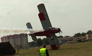 摄影师全程记录老飞机坠毁全程