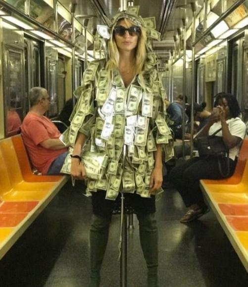 美模特身上贴满美元乘地铁 有需要者可自取