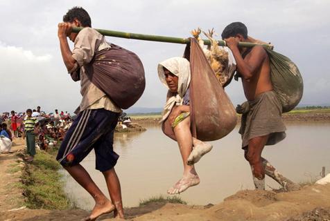 罗兴亚人逃亡孟加拉 挑着老人小孩过河
