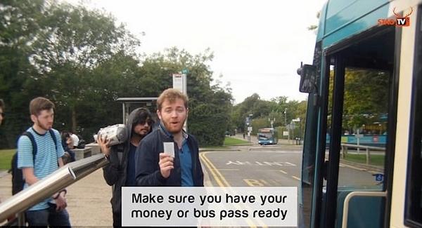 英大学生向新生直播详解如何坐公交车遭调侃