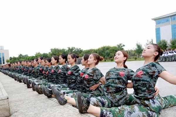 """郑州一高校新生军训 百人齐秀""""一字马"""""""