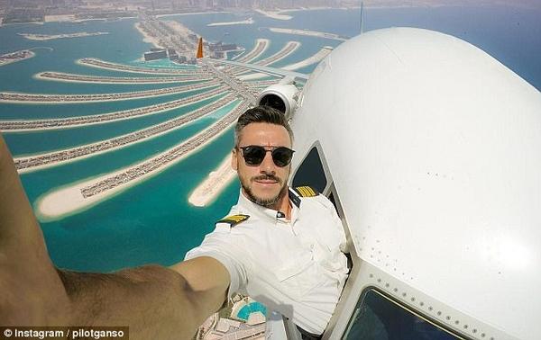 飞行员晒机舱外空中震撼自拍照引网友质疑