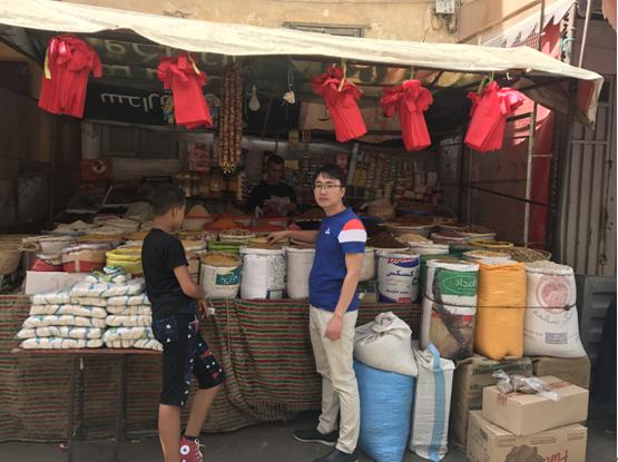 王露平是最早一批来摩洛哥淘金的中国人,那时,整个摩洛哥的中国人不超过3000人,中国游客更是少之又少,每年还不足1000人。2016年6月,摩洛哥对中国开放免签,当地旅游业得到大爆发,半年时间里到访的中国游客激增了6倍!