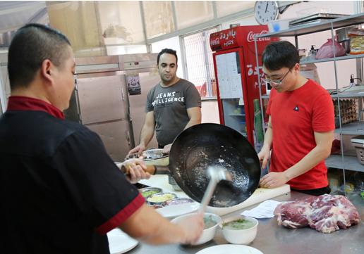 长城餐厅的顾客很少本地人,对他们来说,几十块人民币一道菜算并不便宜。尽管如此,餐厅生意还是异常的火爆。业务半年,现在每天差不多要接待50多桌,都是中国客人,平均每月利润有10来万元。