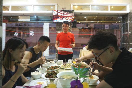 """王露平记得大多数客人来店里的激动欢喜的神态,""""有个美女来我店里,吃起水煮鱼来一点形象都顾不上,狼吞虎咽的。还有一对中国夫妇,竟然直接从中国骑摩托车一路开到摩洛哥,真是厉害。""""还有很多游客到店里,几乎不用看菜单就能点出一桌菜。"""