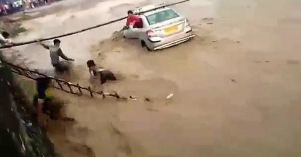 印夫妇开车被困洪水 路人纷纷相助成功解救