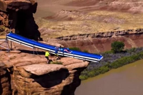刺激!极限爱好者峡谷上搭滑梯挑战悬崖跳伞