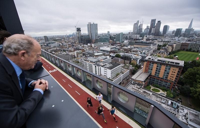 """伦敦""""最高""""跑道:上班族楼顶跑步锻炼"""