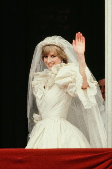 从婚鞋,蕾丝到超长拖尾 戴安娜王妃婚纱的5个秘密
