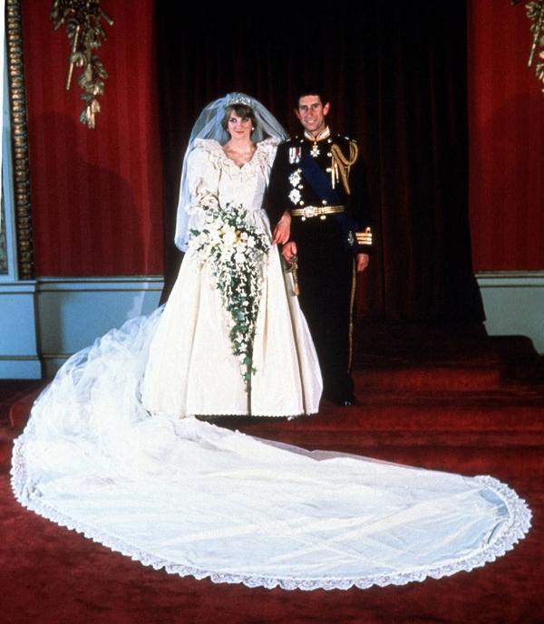 从婚鞋、蕾丝到超长拖尾 戴安娜王妃婚纱的5个秘密