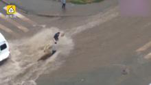 洪水冲走婴儿车,推土车截流救人
