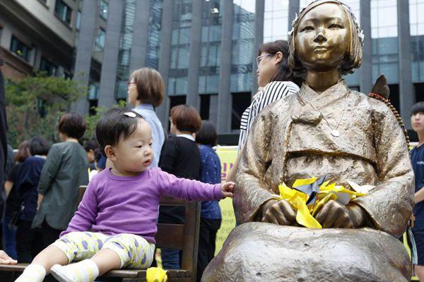 """韩民众冒雨举行""""周三""""集会 萌娃到场与慰安妇少女像并坐"""