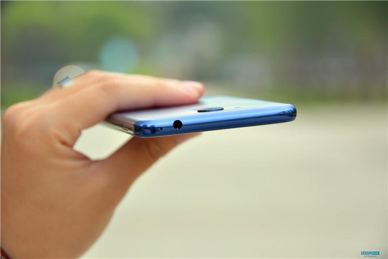 荣耀V9 play采用了4.0的指纹识别技术,除了支持线上平台指纹支付、翻页、关闭闹钟、管理通知栏、接听电话等功能以外,指纹一键拍照对于喜欢自拍的用户来说绝对是非常实用的功能。