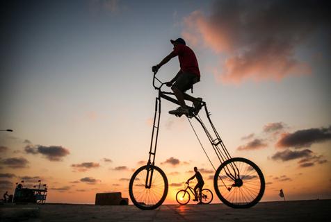 吸睛!巴勒斯坦男子街头骑行2米高自行车