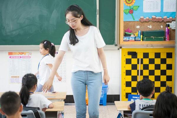 95后美女老师上岗  少玩游戏为孩子树榜样