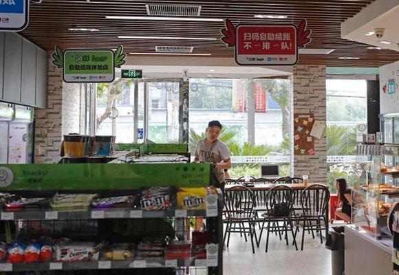 探访上海便利店自助扫码结账:省去排队结账时间