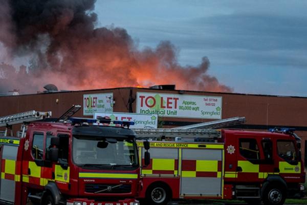 英国爱丁堡一所工厂失火 浓烟滚滚冲天