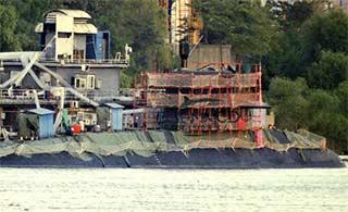 就要这速度:船厂外潜艇成双成对