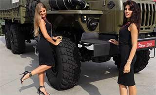俄罗斯武器展览美女扎堆成亮点
