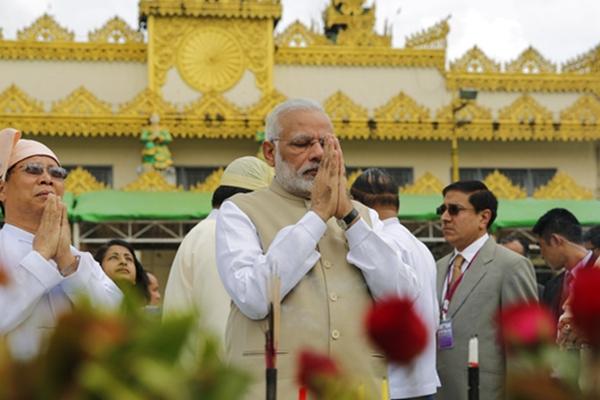 印度总理莫迪双手合十跪地祷告