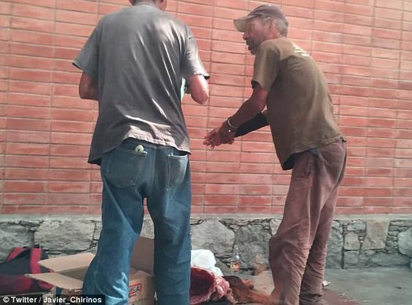 委内瑞拉粮食短缺 民众当街猎杀狗充饥