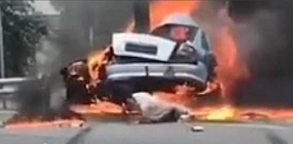乌克兰司机撞车后从着火车中及时逃生幸免于难