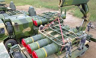 顶部视角看红旗16导弹吊装过程