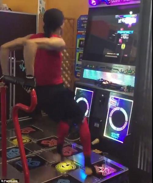 跳舞机达人疯狂舞蹈惊呆众人 视频播放350万次
