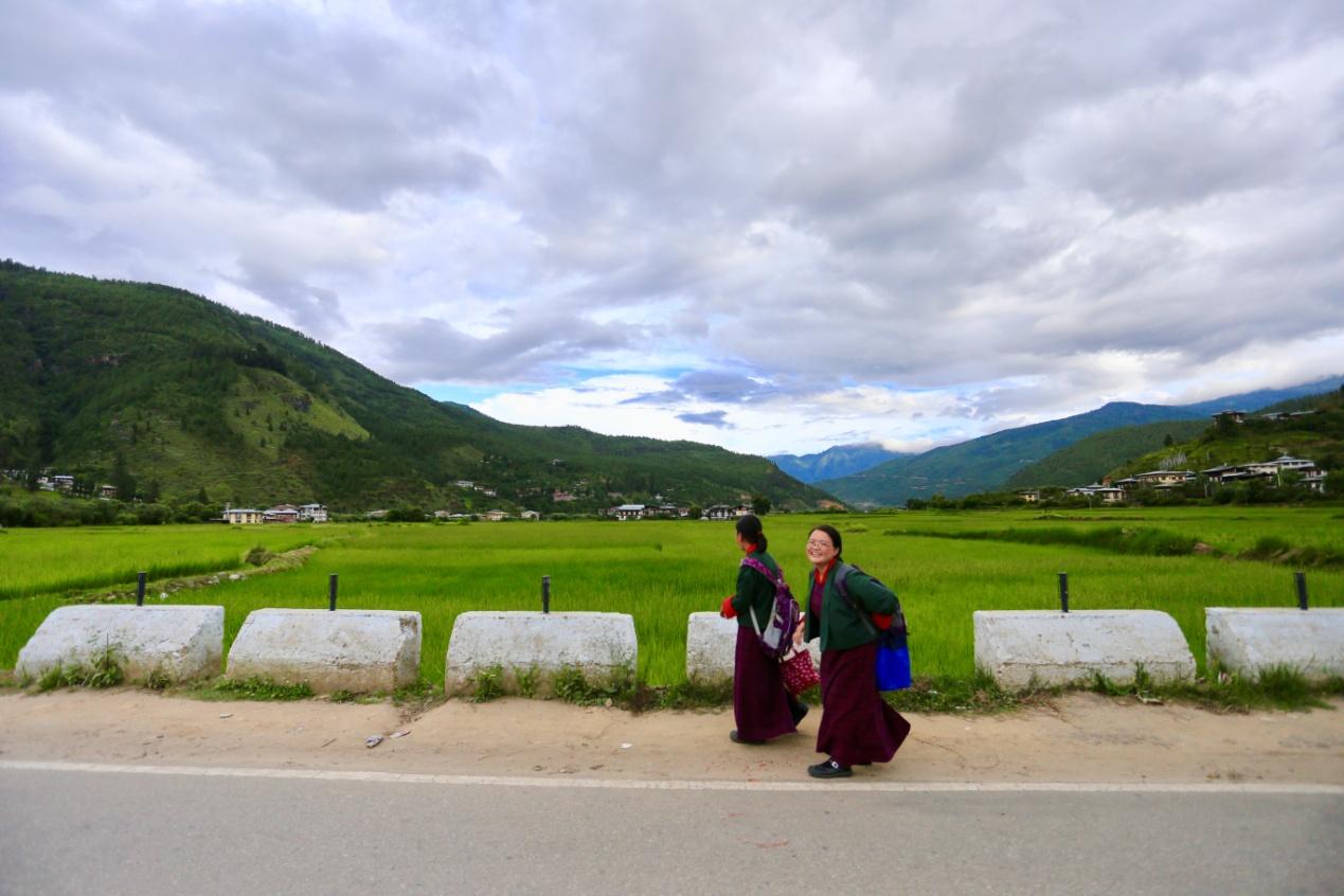帕罗,放学回家路上的不丹学生.