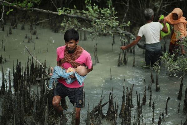 缅甸逃离记:夫妻怀抱婴儿跨越生死河流