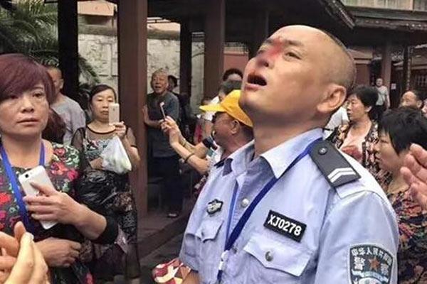 警务人员制止广场噪音 鼻骨被砸裂