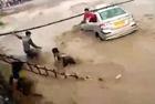 印夫妇开车被困洪水