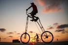 男子街头骑2米高自行车