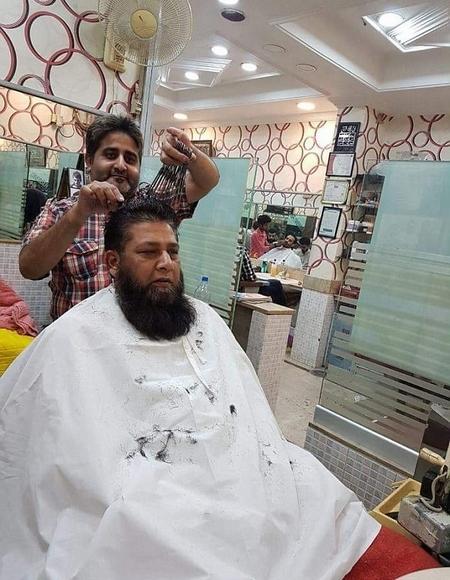 巴理发师同时用15把剪刀理发 高超技艺备受青睐
