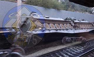 俄罗斯军列脱轨运输军车底朝天