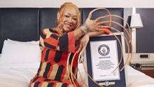 美国女子拥有世界最长指甲 留了23年总长超5米