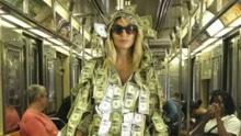 《花花公子》模特贴满美元乘地铁 有需要可自取