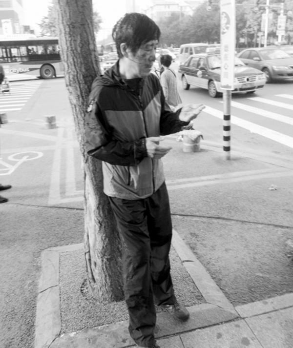 沈阳大爷被出租车撞伤拒绝送医:我没啥事,不讹人