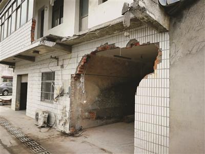 """江苏现""""魔鬼路口"""":街边房子3年一共被撞6次"""