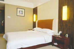 媒体揭酒店为啥不愿换床单:1间房赚12元 洗下没8元