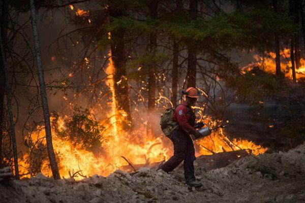 加拿大卑诗内陆山火严竣 消防员急赴现场灭火