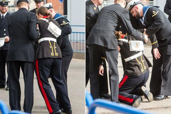 英国皇家海军航母命名仪式 一名海军乐队表演者现场晕倒