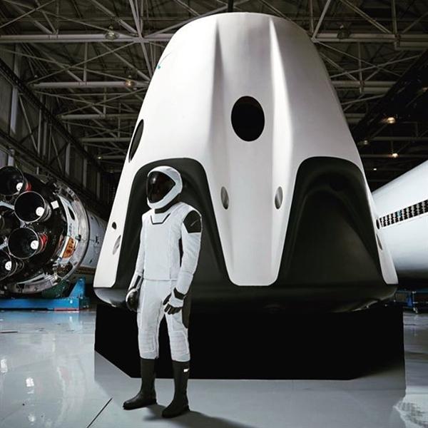 马斯克晒SpaceX太空服全身照:黑白配超酷